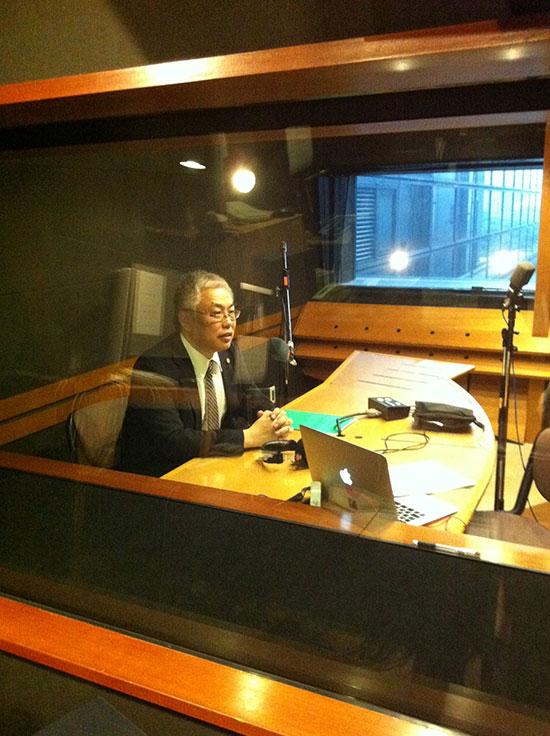東京FMで収録中の平野泰弘弁理士